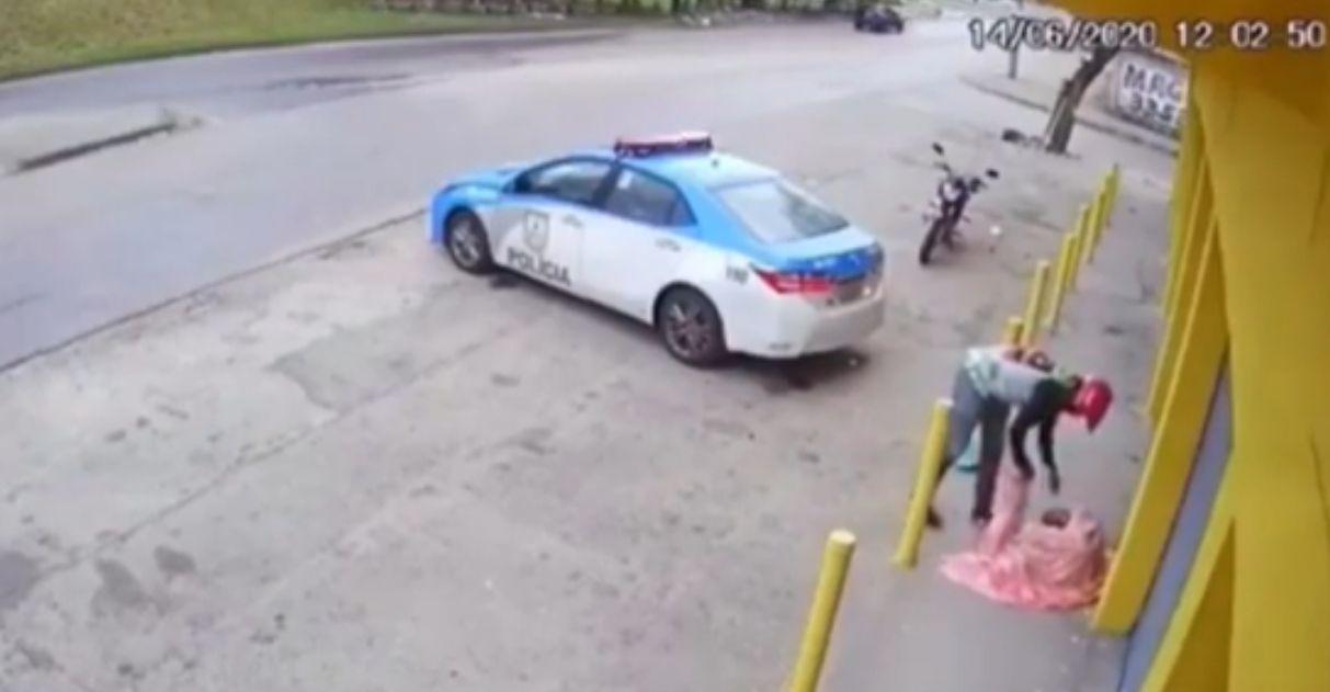 Motoqueiro é 'flagrado' cuidando de moradora de rua e video viraliza; assista 1