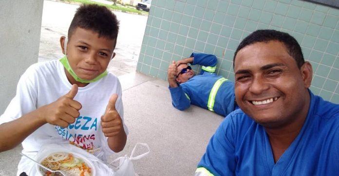 Homem compra todos os doces de menino que trabalhava para ajudar no sustento de casa (PE) 1