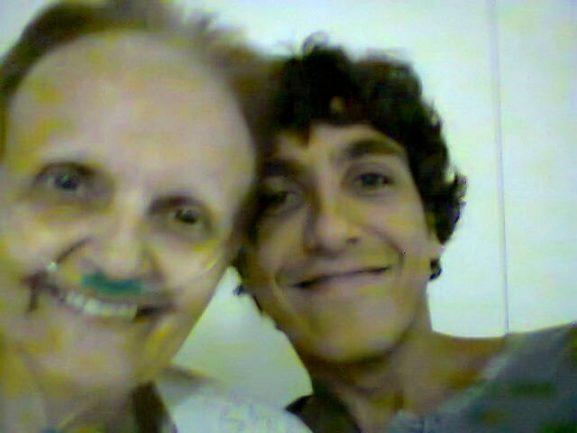 filho abraçando mãe com câncer sorrindo