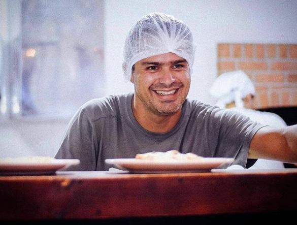 jomem sorrindo fazendo massas pizzaria