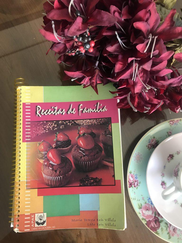 livro receitas sobre mesa ao lado flores