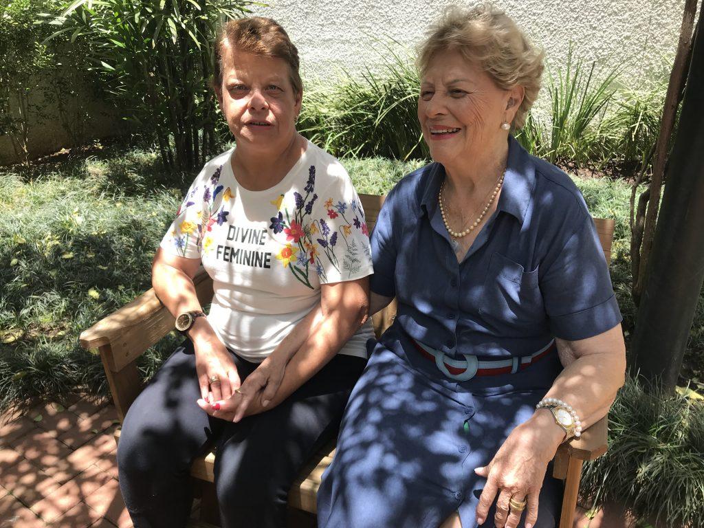 duas mulheres sentadas banco jardim