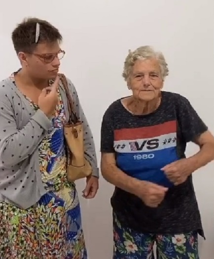 Imagem de idosa gravando vídeo com neto para o TikTok