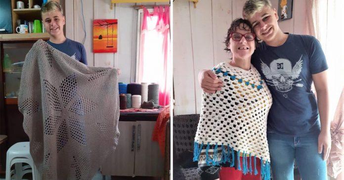 Com vaquinha, menino que faz crochê para ajudar mãe com paralisia realizará sonho da casa própria 3