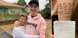 Neto mostrando a tatuagem no braço em homenagem a avó