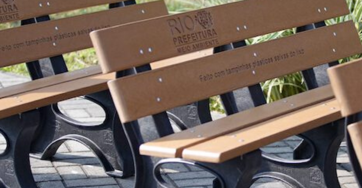 Parques e praças do RJ terão bancos feitos com tampinhas e embalagens plásticas 1