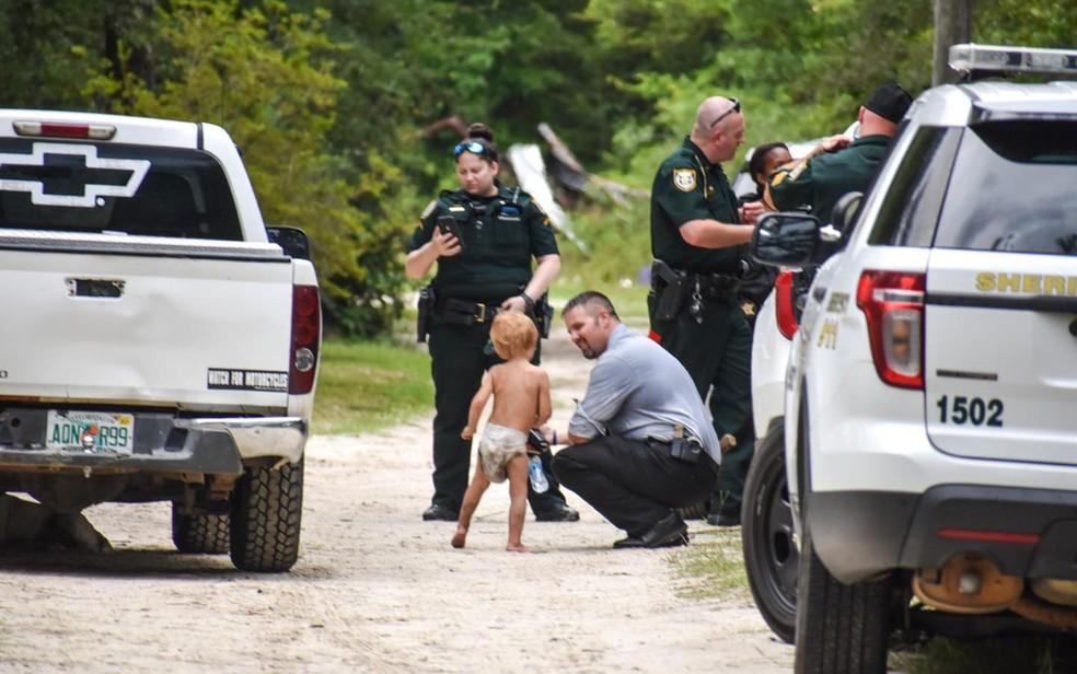 policial conversa criança autista desaparecida