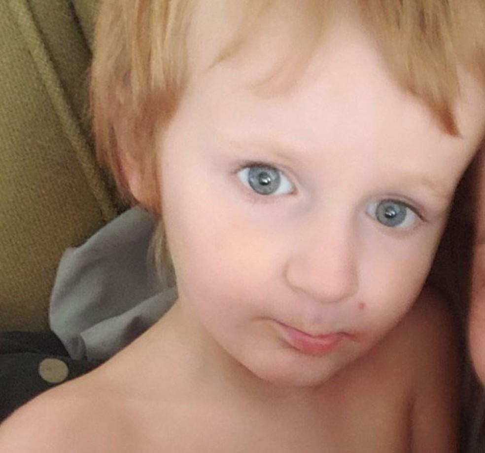bebe autista loiro olhos verdes