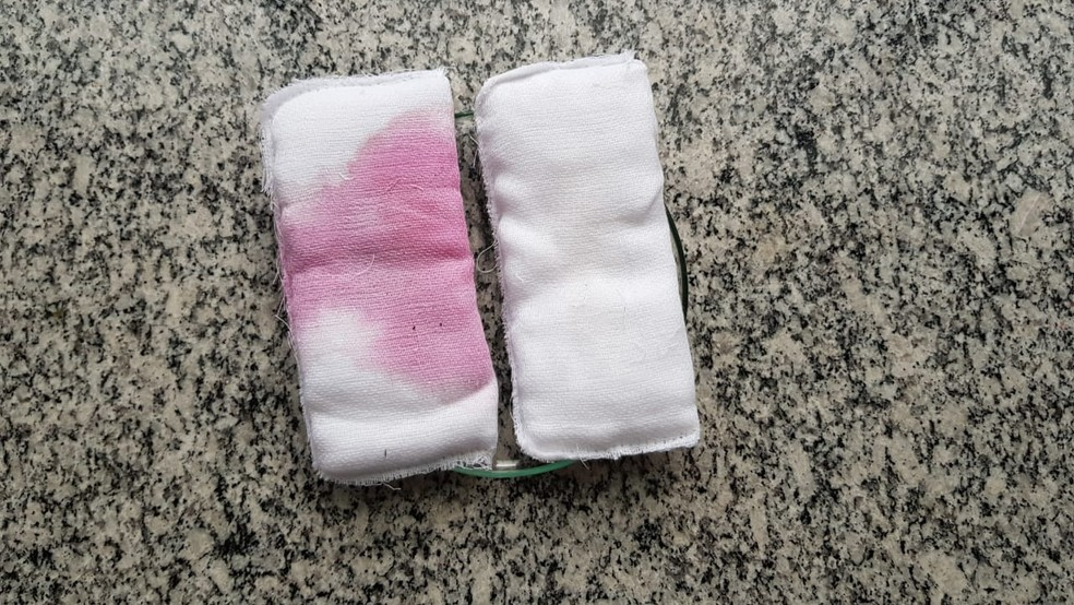 dois absorventes sobre mesa de teste