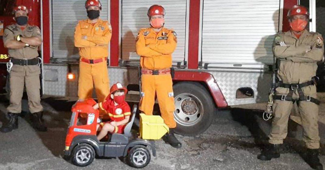 Bombeiros do Pará realizam sonho de menino 4 anos de andar em caminhão - em seu aniversário! 1