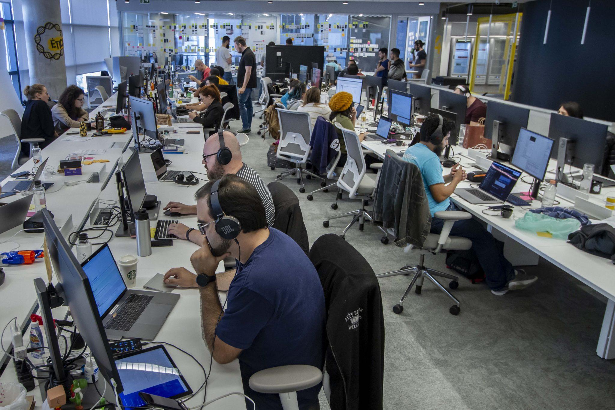 funcionários c6 bank trabalhando computadores