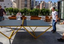 funcionários c6 bank jogando tênis mesa