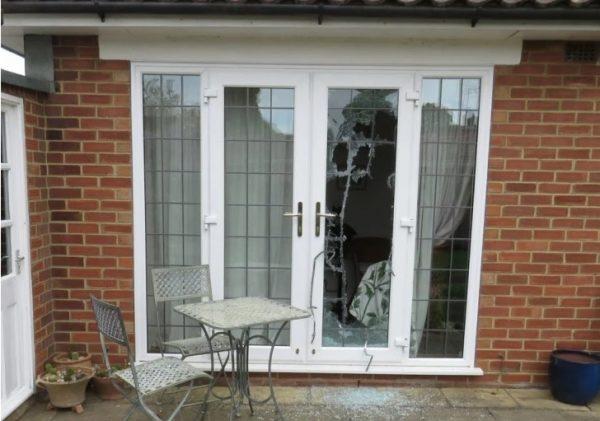 porta com vidro quebrado