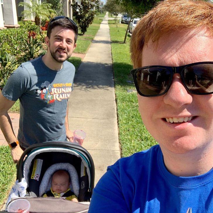 selfie casal gay bebê carrinho