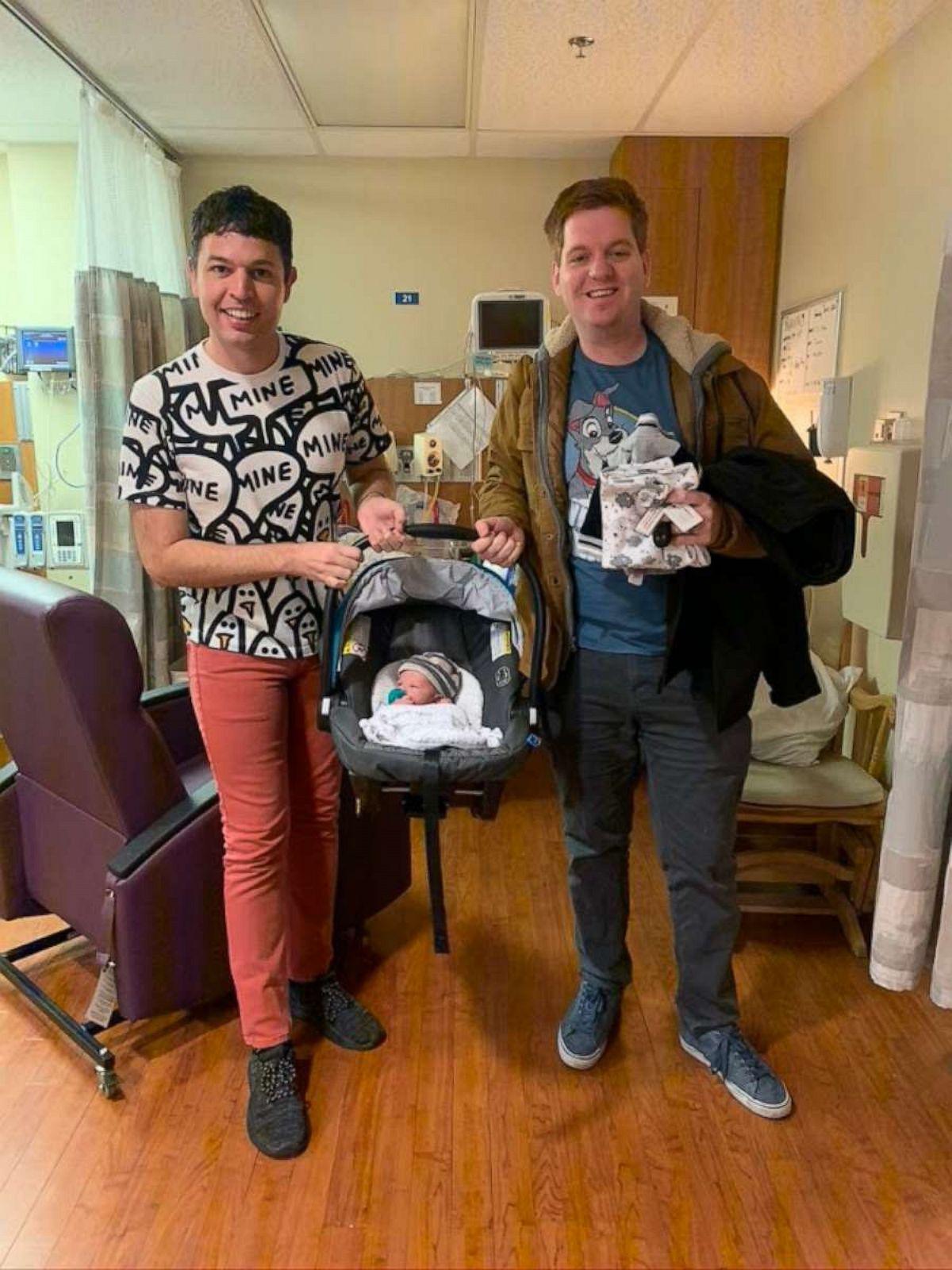 casal gay saindo quarto hospital bebê