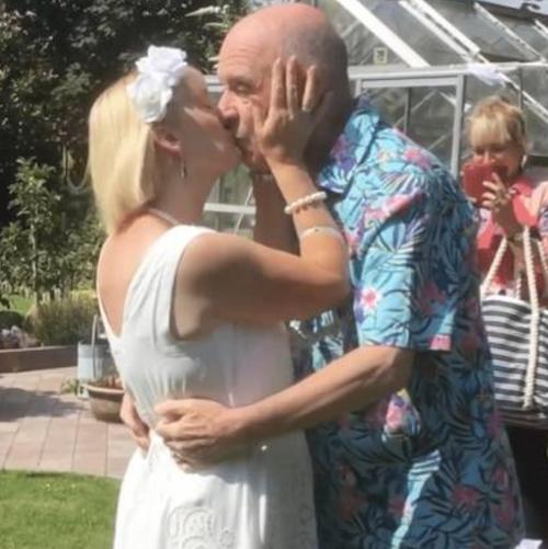 Bill e Anne Duncan se beijam durante casamento
