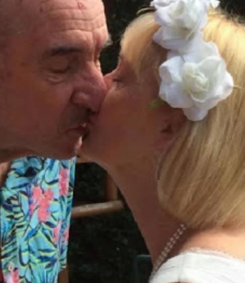 Bill e Anne Duncan se beijando
