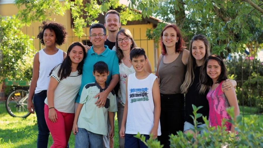 ingrid, marcos aurélio e os filhos no jardim da casa
