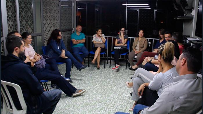 reunião de pais adotivos na Chesed