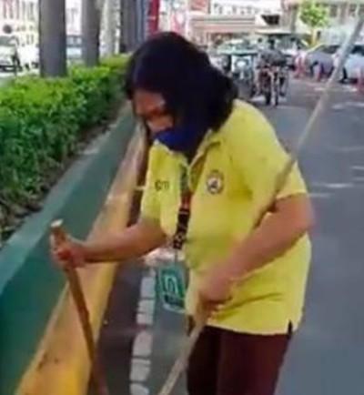 coletora de lixo na rua