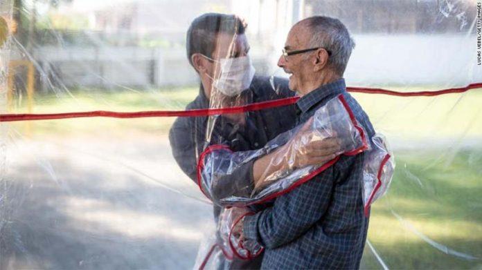 Cortina do abraço em lar de idosos