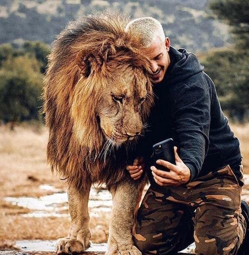 dean abraçando leão