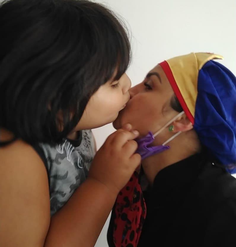 menino beija rosto dentista