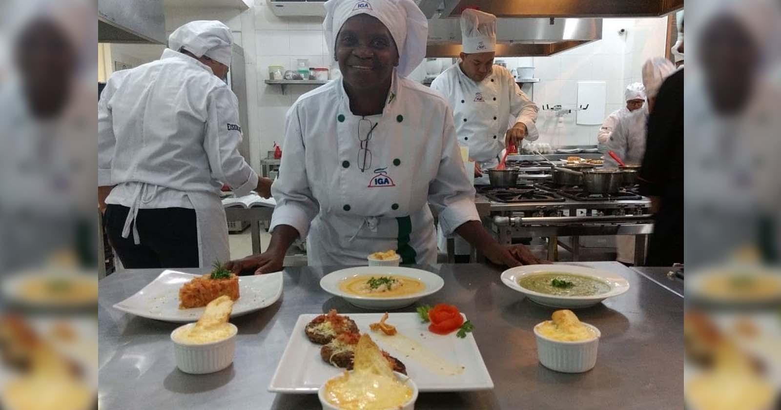 diarista com roupa de chef cozinha