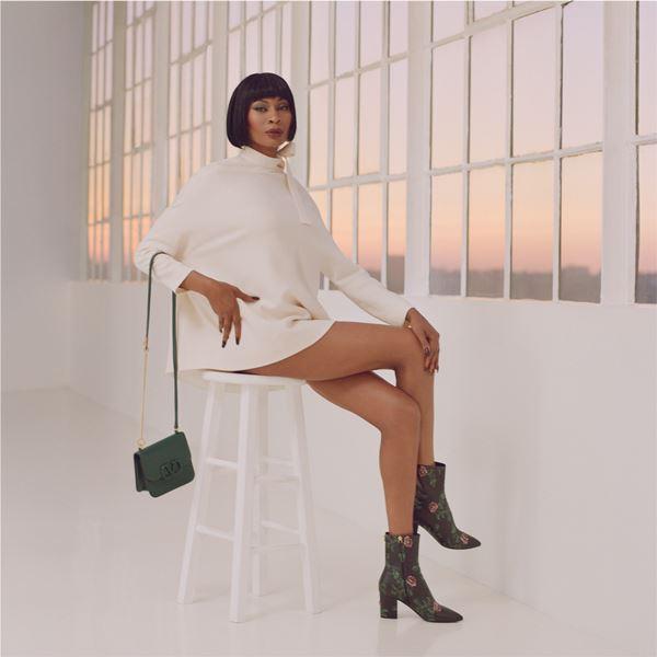 Dominique Jackson com bolsa da Valentino