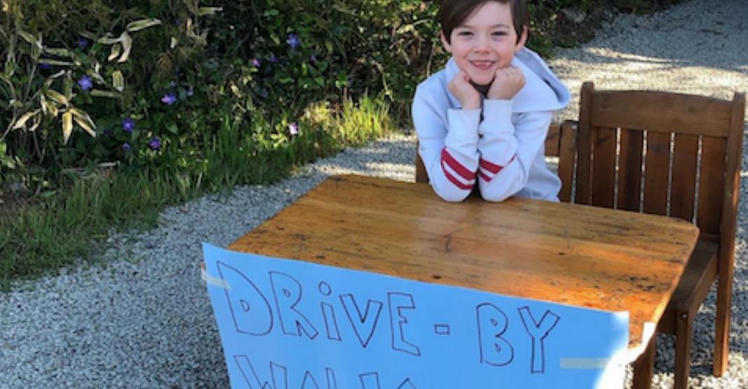 """Menino de 6 anos faz """"Drive Thru"""" de piadas para alegrar os vizinhos durante pandemia 1"""