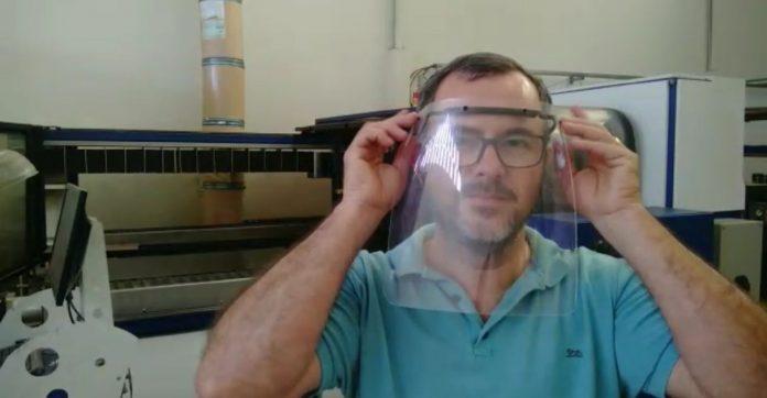 homem usando protetor facial dentro fábrica