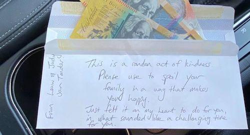 envelope dinheiro espelhinho do carro