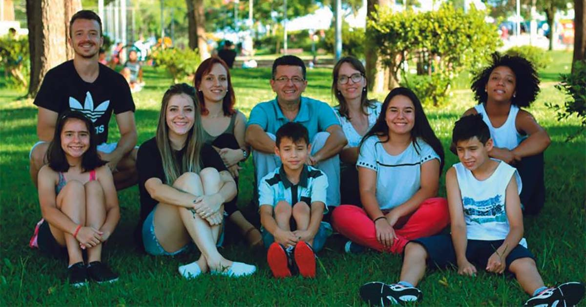 Pais de oito! Casal com 3 filhos adota 5 irmãos e cria associação para pais adotivos 2