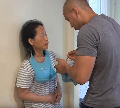 Filho dá comida na boca da mãe com demência, como ela fazia quando ele era bebê 1