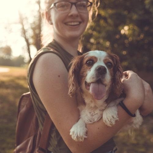 garota sorrindo com cachorro