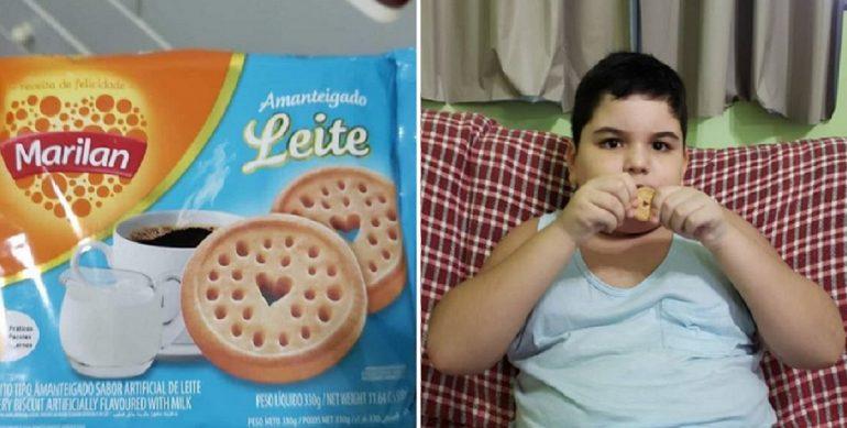 Imagem de pacote de biscoito e ao lado garoto com autismo comendo biscoito