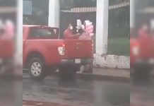 homem compra algodão doce idoso debaixo chuva
