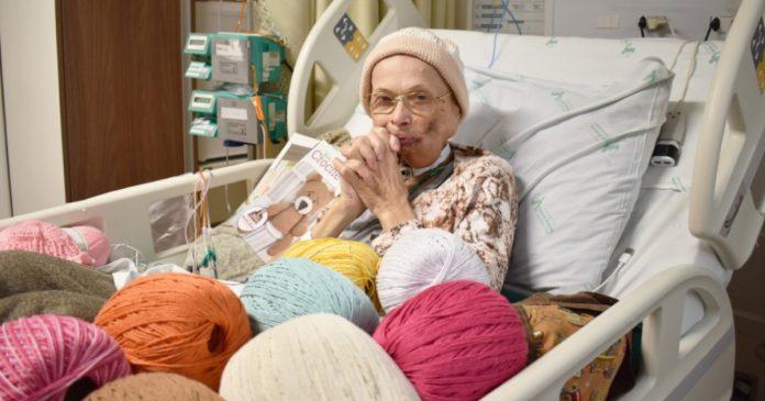 idosa com linhas de crochê na cama do hospital