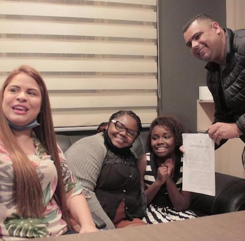Menina que vende bolo é filmada cantando, vídeo viraliza e ela é contratada por gravadora 2