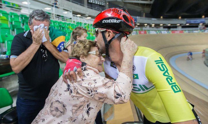 Neto ciclista abraçando a avó após término de corrida