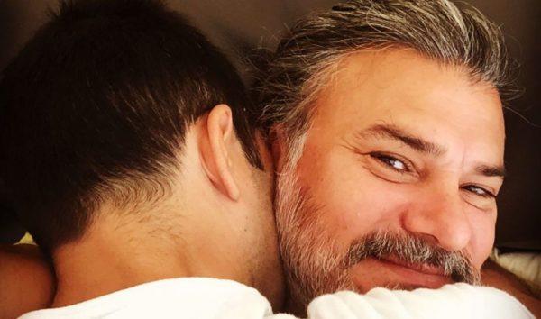 Leonardo Vieira abraçando marido