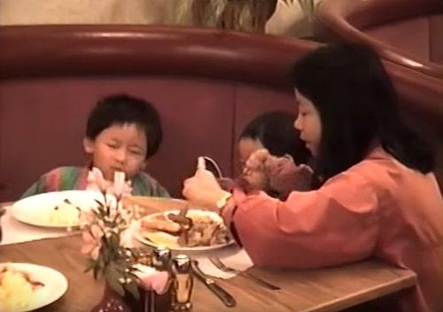 mãe com filhos em restaurante