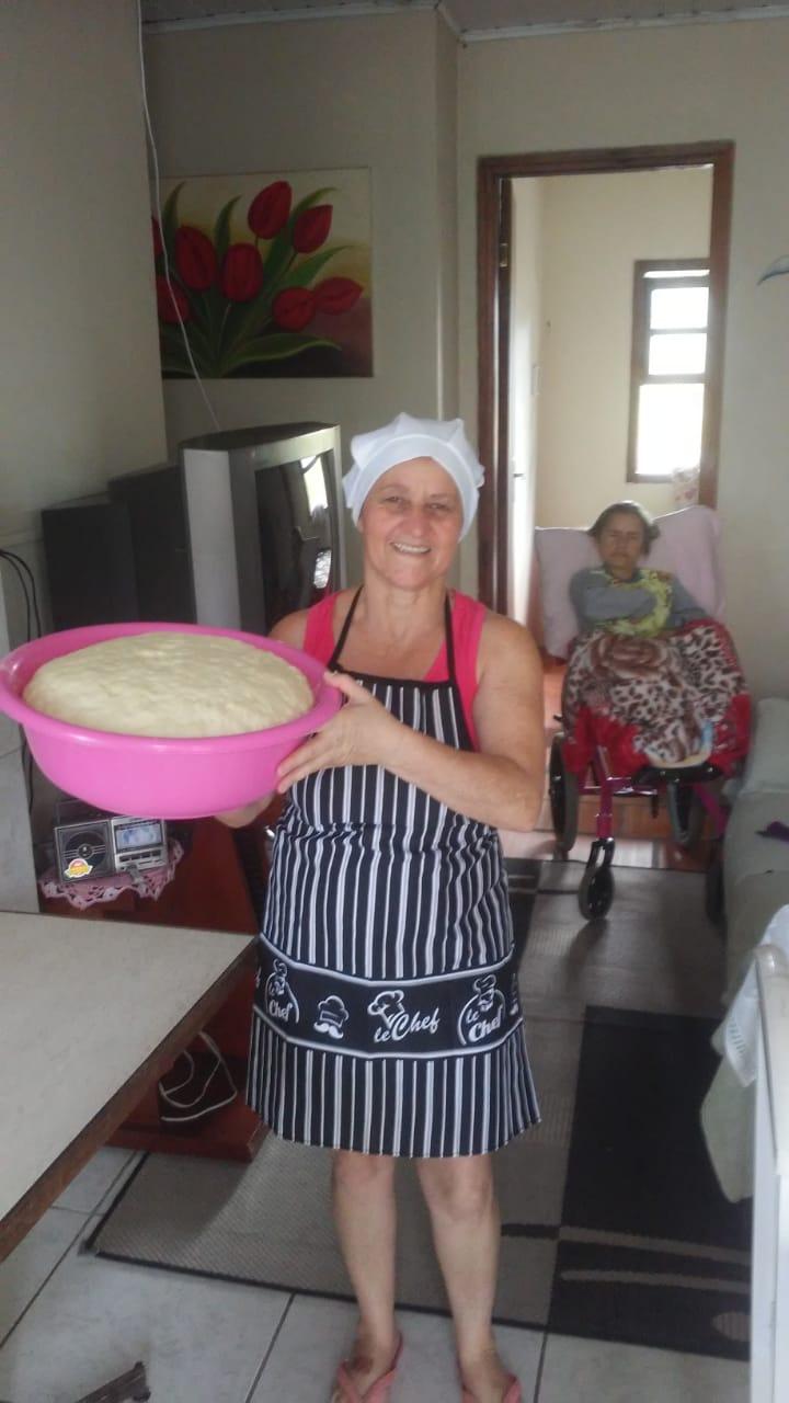 mulher segurando bacia massa pão