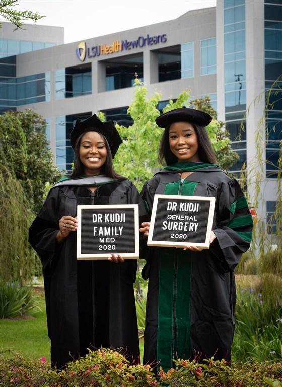 mãe e filha negras vestindo beca formatura medicina