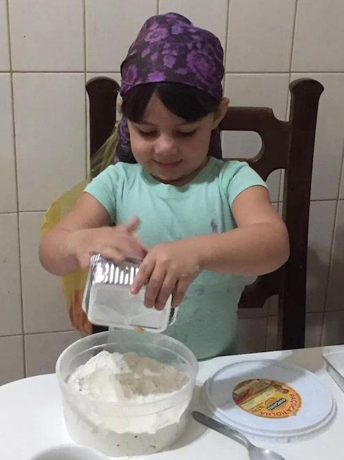 maria fernanda preparando bolo