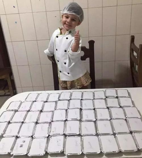 maria fernanda com os bolos no papel alumínio