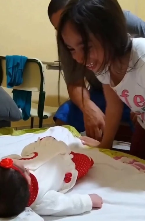 Eduarda Pedroso conhecendo a irmã recém nascida
