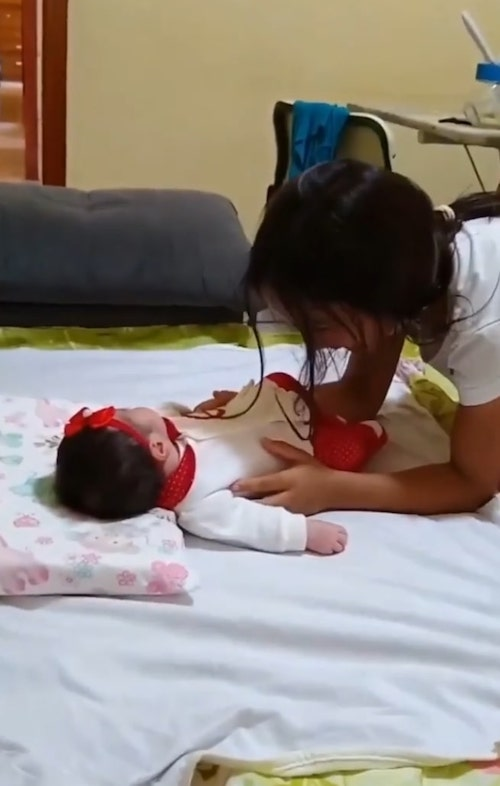Eduarda Pedroso conhecendo irmã recém nascida