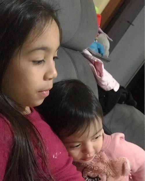 Eduarda Pedroso com a irmã recém nascida em seu colo