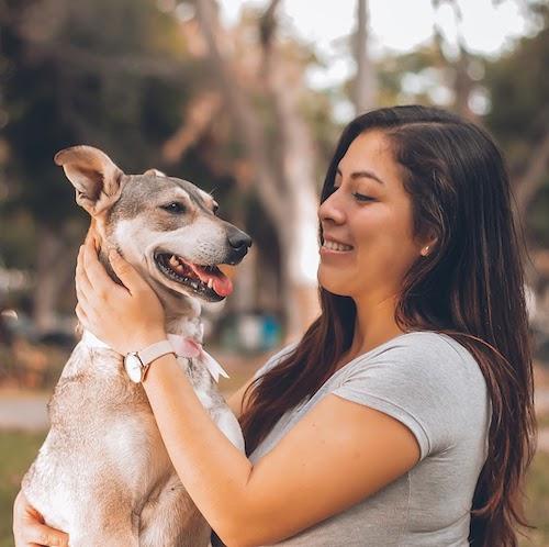 menina no parque com cachorro